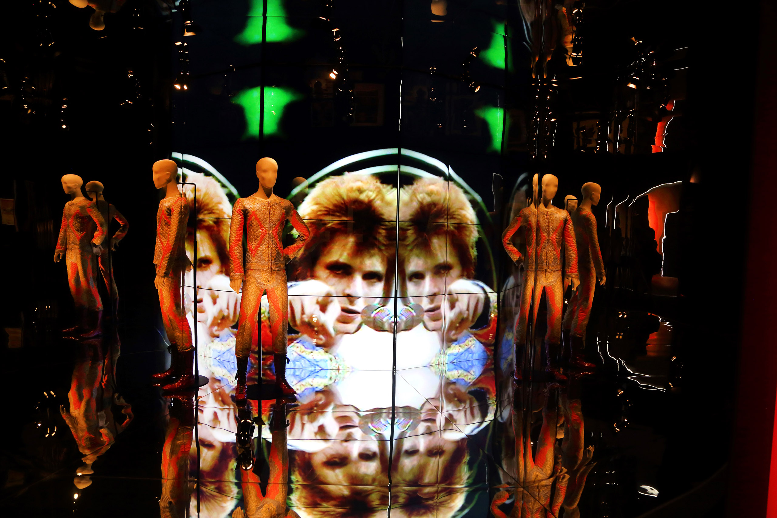 『スターマン』の衣装と、「Top Of The Pops」の映像 | © Eikon / G.Perticoni