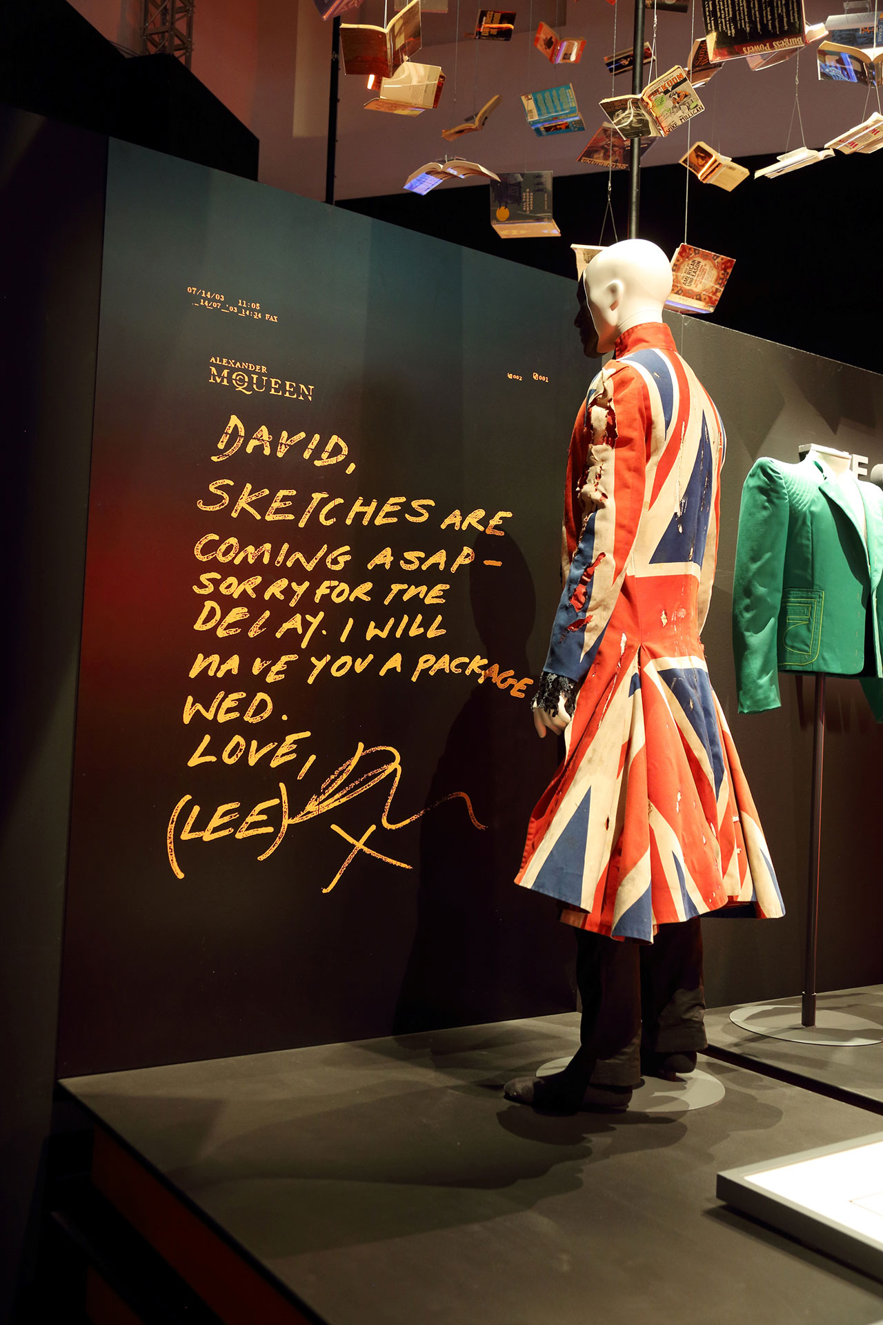 Alexander Mcqueen とのコラボで製作されたユニオンジャックのコート。横には McQueen 直筆のメモが拡大して展示されている | © Eikon / G.Perticoni