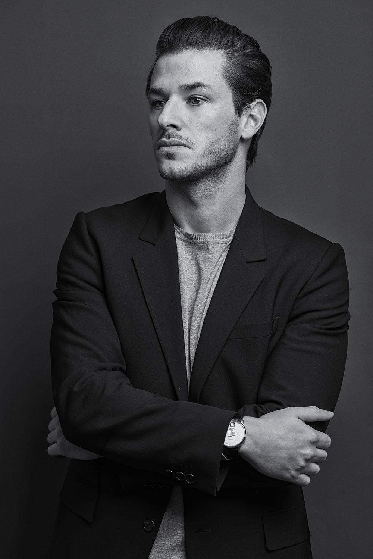 取材当日はラフな出で立ち。ジャケットは Givenchy by Riccardo Tisci (ジバンシィ バイ リカルド ティッシ)、手元にはアンバサダーを務める Chanel (シャネル) のコンプリケーションウォッチ「ムッシュー ドゥ シャネル」が輝く。| Photographyby UTSUMI