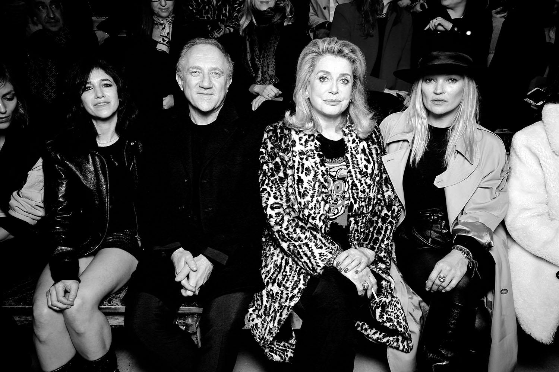 ショーに来場したセレブリティたち (左から) Charlotte Gainsbourg (シャーロット・ゲンズブール)、François Henri Pinault (フランソワ・アンリ・ピノー)、Catherine Deneuve (カトリーヌ・ドヌーヴ)、Kate Moss (ケイト・モス)   Photo by Saskia Lawaks