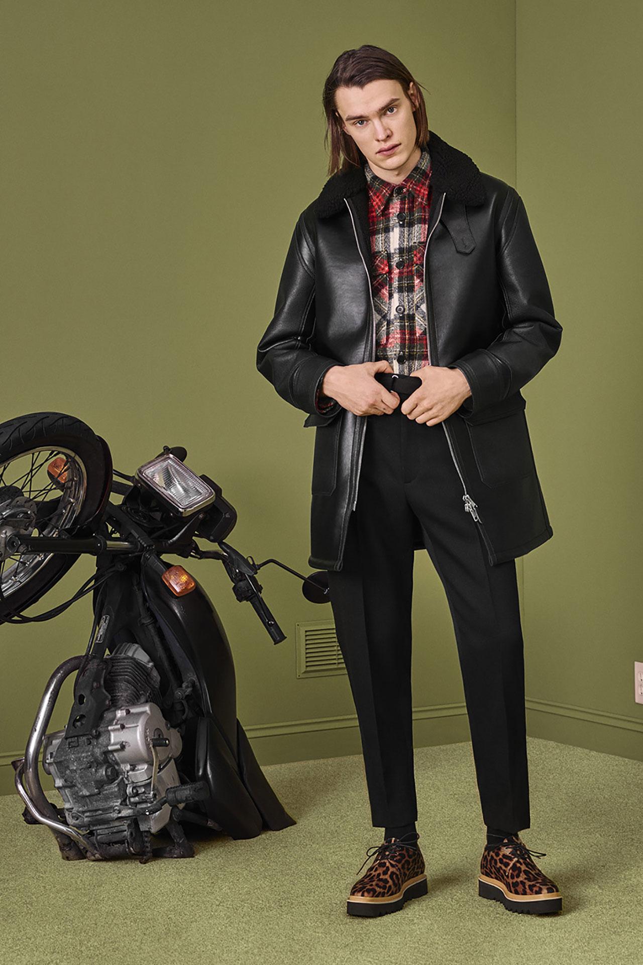 コート ¥204,000、シャツ ¥103,000、トラウザーズ ¥78,000、シューズ ¥75,000 | ©️ Stella McCartney