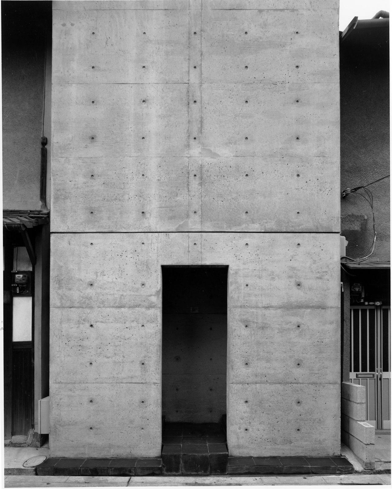 住吉の長屋 (1976) 大阪府大阪市 撮影: 新建築社 写真部 「3軒長屋の真ん中をコンクリートのコートハウスで置き換えた最初期の代表作で日本建築学会賞を受賞」/ Row House in Sumiyoshi (1976) Osaka, Osaka Photo: Shinkenchiku-sha 'An early masterpiece replacing three buildings in the middle of Nagoya with a concrete courthouse that earned the Architectural Institute of Japan (AIJ) Prizes. '