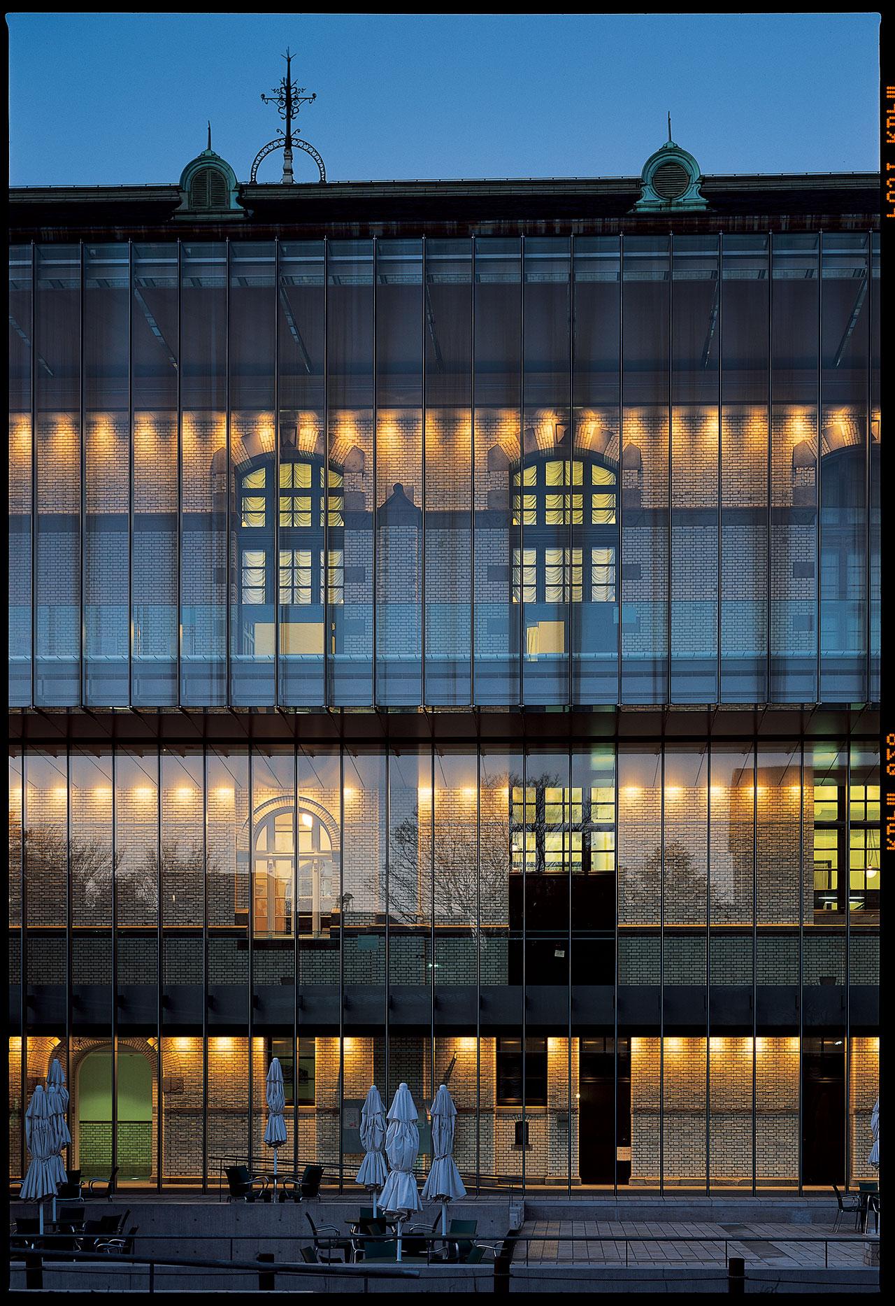 国立国際子ども図書館 (2002) 東京都台東区 撮影: 松岡満男「旧帝国図書館の内外装の意匠と構造を生かしつつ、2つのガラスボックスが既存の建物を貫くイメージで増築」/ International Library of Children's Literature (2002) Taito-ku, Tokyo Photo: Mitsuo Matsuoka 'International Library of Children's Literature utilizes the former Imperial Library's structural design with the addition of two glass boxes piercing through the existing building'