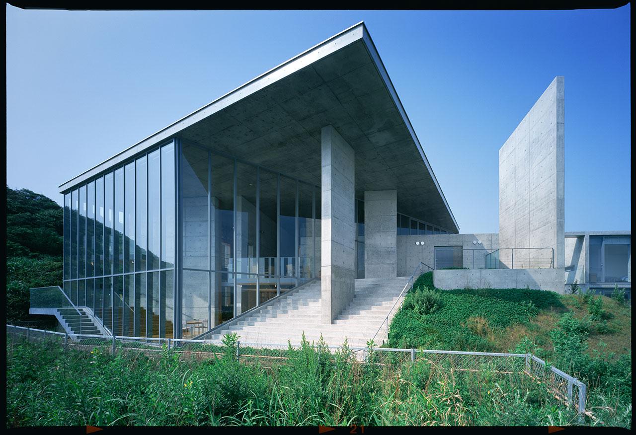 """絵本美術館「まどのそとのそのまたむこう」(2005) 福島県いわき市 写真: 松岡満男「太平洋が一望できる館内で約1,500冊の絵本を壁一面に展示。幼稚園の園児に向けた施設だが、往復葉書による事前登録で一般の入場も受け付ける」/ Picture Book Museum """"Outside Over There"""" (2005) Iwaki-shi, Fukushima Photo: Mitsuo Matsuoka 'You can see the Pacific Ocean in one sweeping view with approximately 1,500 picture books lining one wall. Although established for preschool students, with a return-postcard registration anyone can enter'"""