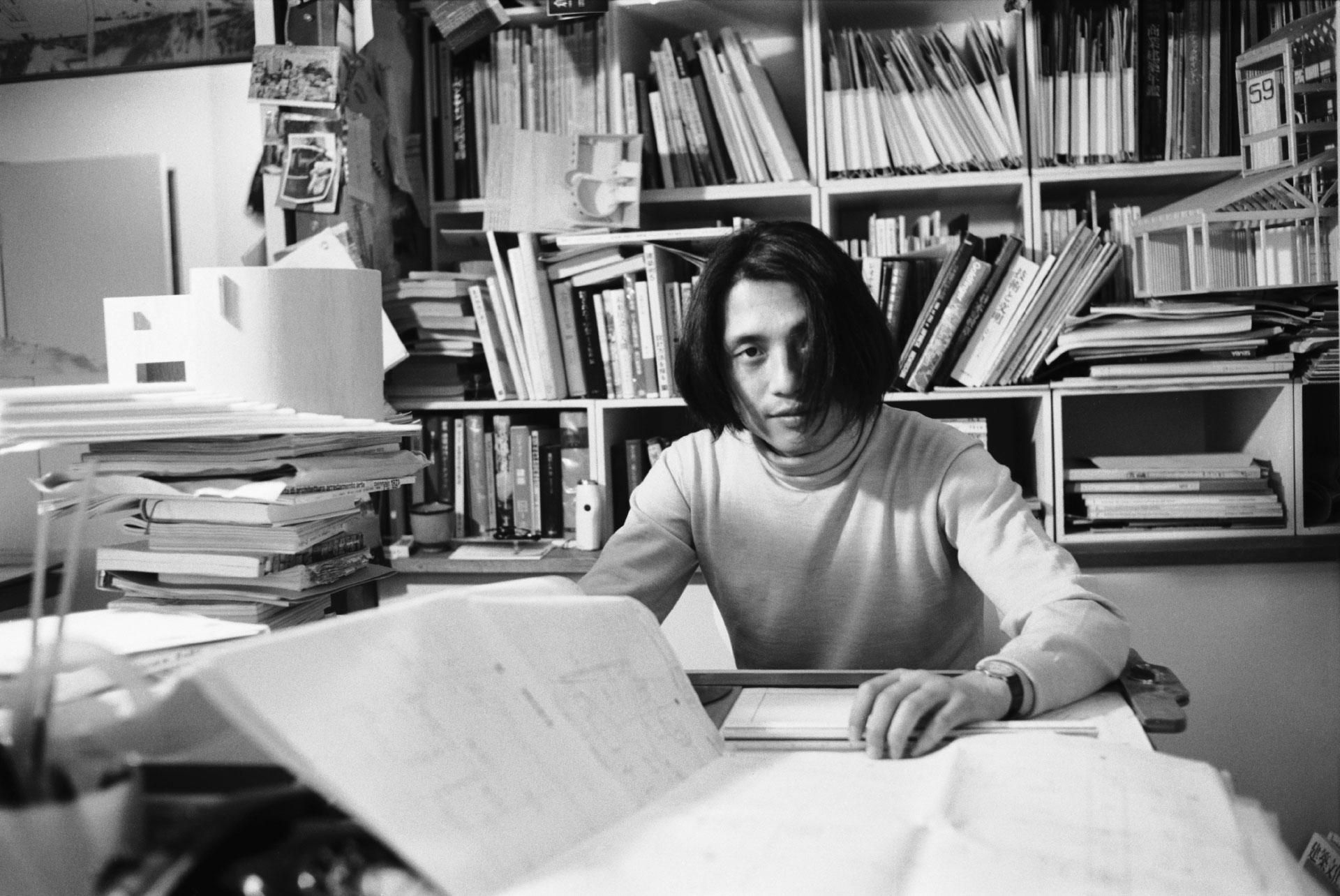 1969年に安藤忠雄建築研究所を設立した28歳当時のポートレート (安藤忠雄建築研究所提供) / A portrait taken in 1969 when, at 28, Tadao Ando established his architectural office.