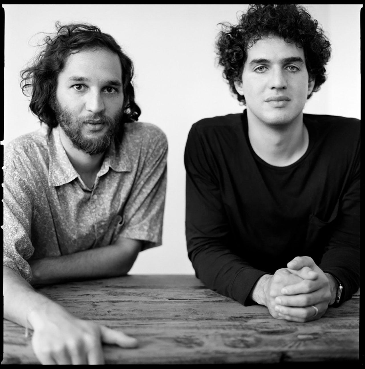 左: Joshua Safdie (ジョシュア・サフディ) 右: Ben Safdie (ベニー・サフディ) | Photo by Brigitte Lacombe