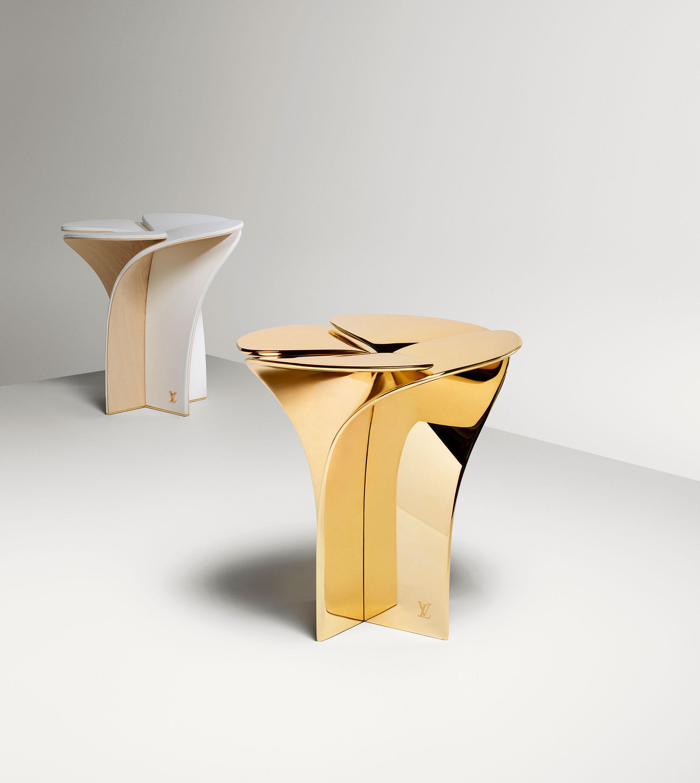 Louis Vuitton「Blossom stool」(2016-2017) / Louis Vuitton を象徴する花びらのモノグラムをイメージしたシンボリックなスツール。まるで蕾から花びらが開くように、自然の構造からデザインされている。 Louis Vuitton が長い歴史の中で培ってきた、木や革の技術を用いた職人技。アイコニックな力強いメッセージをもつ、 Louis Vuitton の歴史から未来へ、時間を旅するオブジェ。