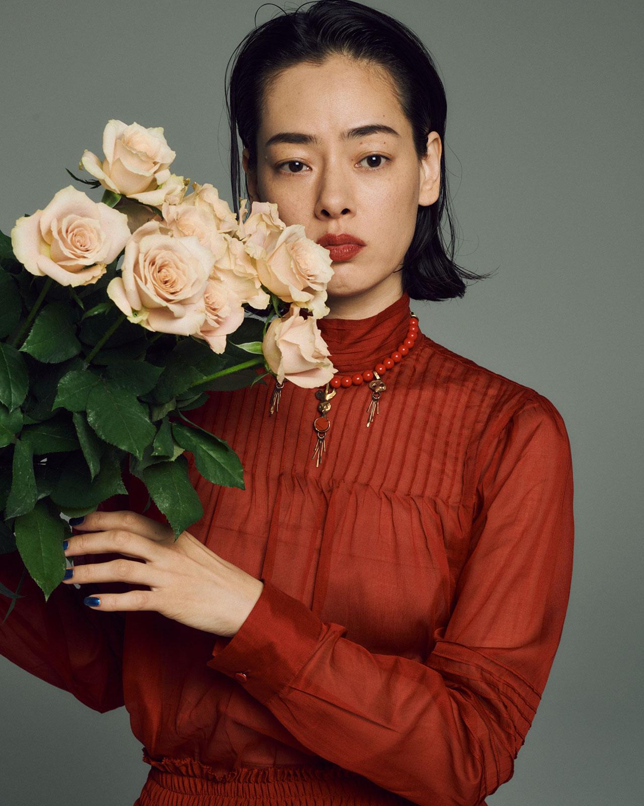 <Creative Staff> Photographer: Mitsuo Okamoto | Stylist: Megumi Yoshida | Hair&Makeup: Hiroko Ishikawa <The Look includes>コート ¥845,000、シャツ ¥122,000、スカート ¥305,000、Valentino (ヴァレンティノ) | ブーツ ¥178,000 *参考価格、ネックレス ¥95,000、Valentino Garavani (ヴァレンティノ ガラヴァーニ)