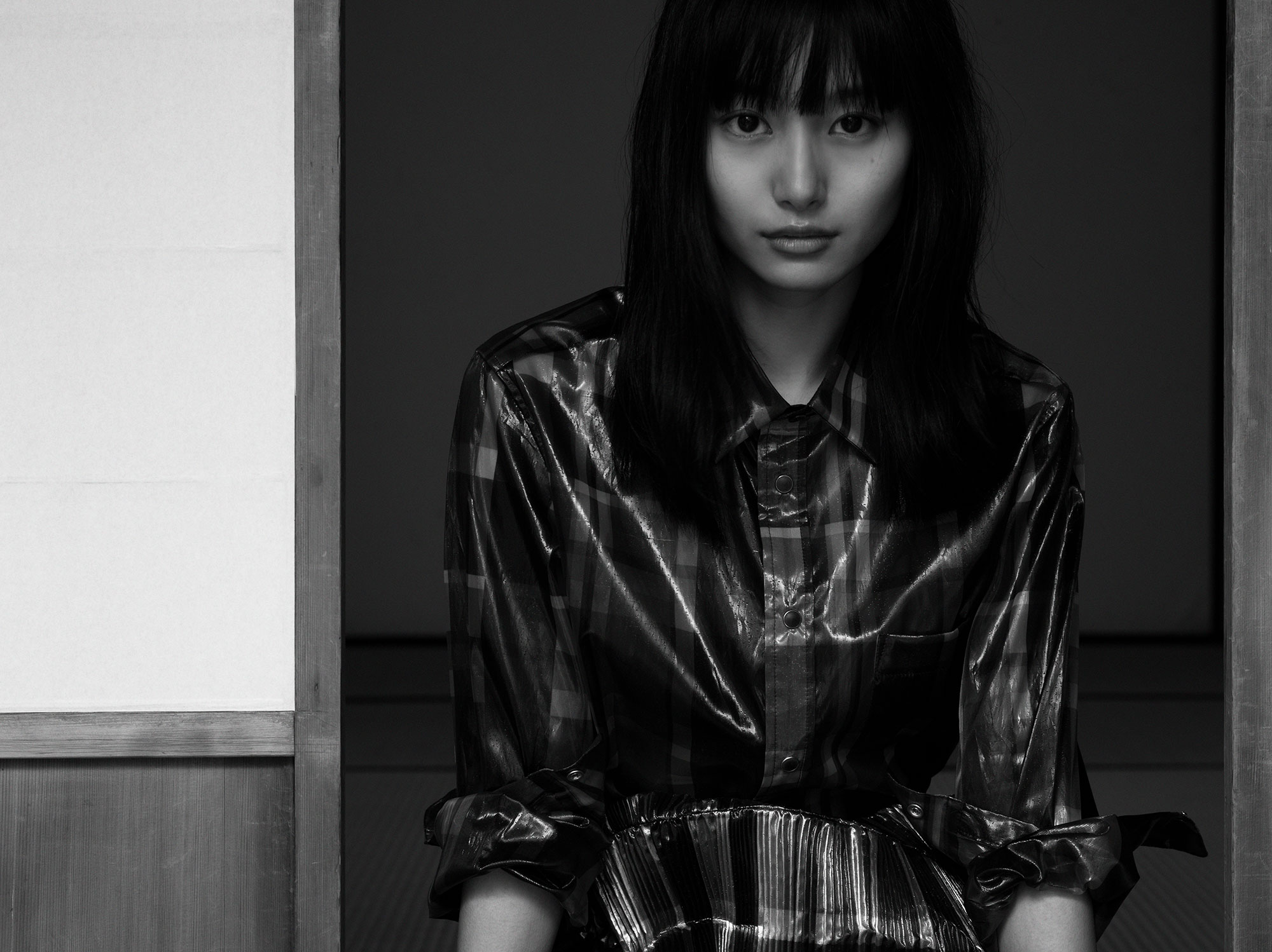 シャツ ¥59,000、スカート ¥89,000、全て TOGA (トーガ) | Photo by Chikashi Suzuki
