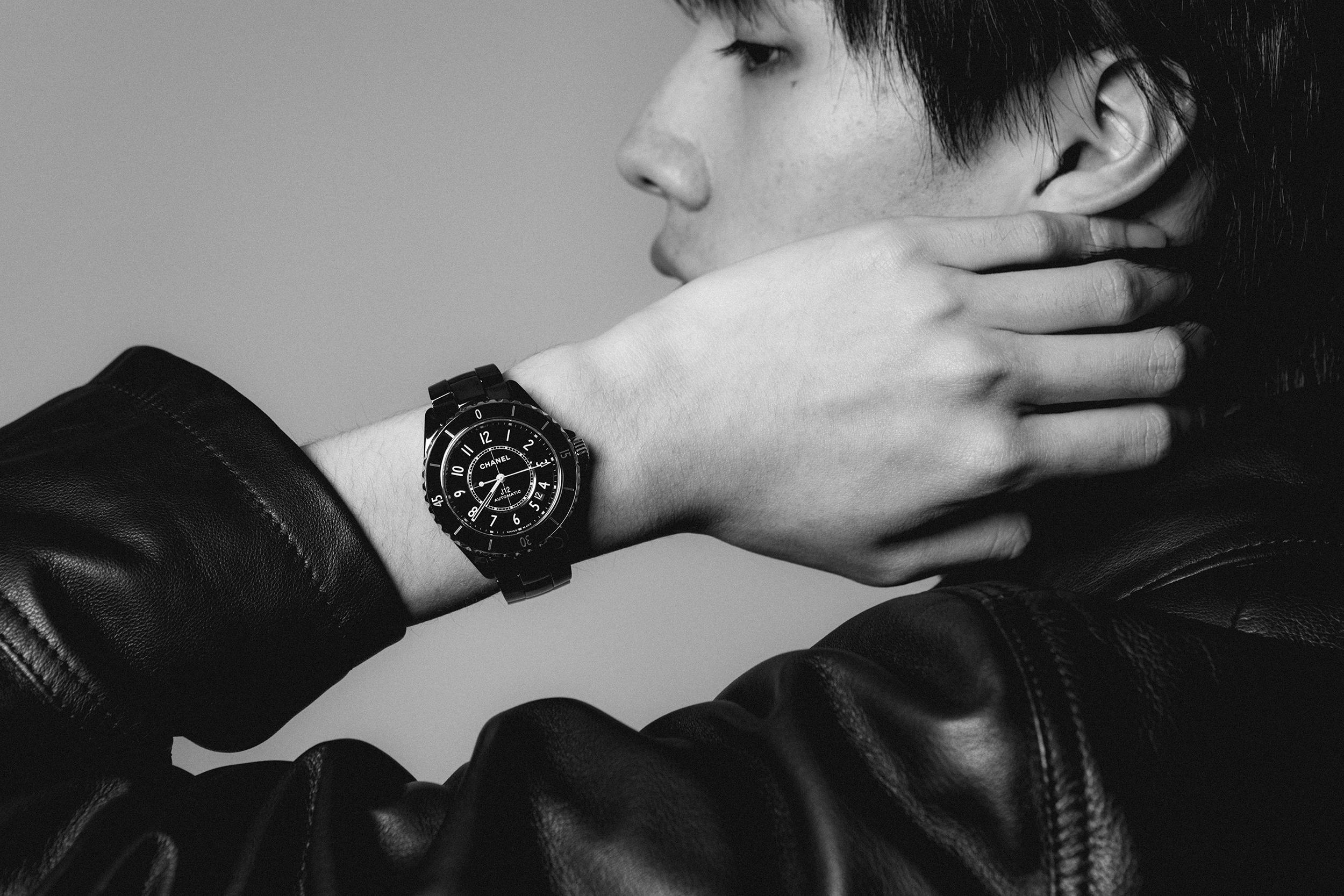 時計 (J12) ¥632,500 *6月5日発売、CHANEL (シャネル)、ジャケット ¥78,000、Brooks Brothers (ブルックスブラザーズ)/プロップス ストア 03-3796-0960