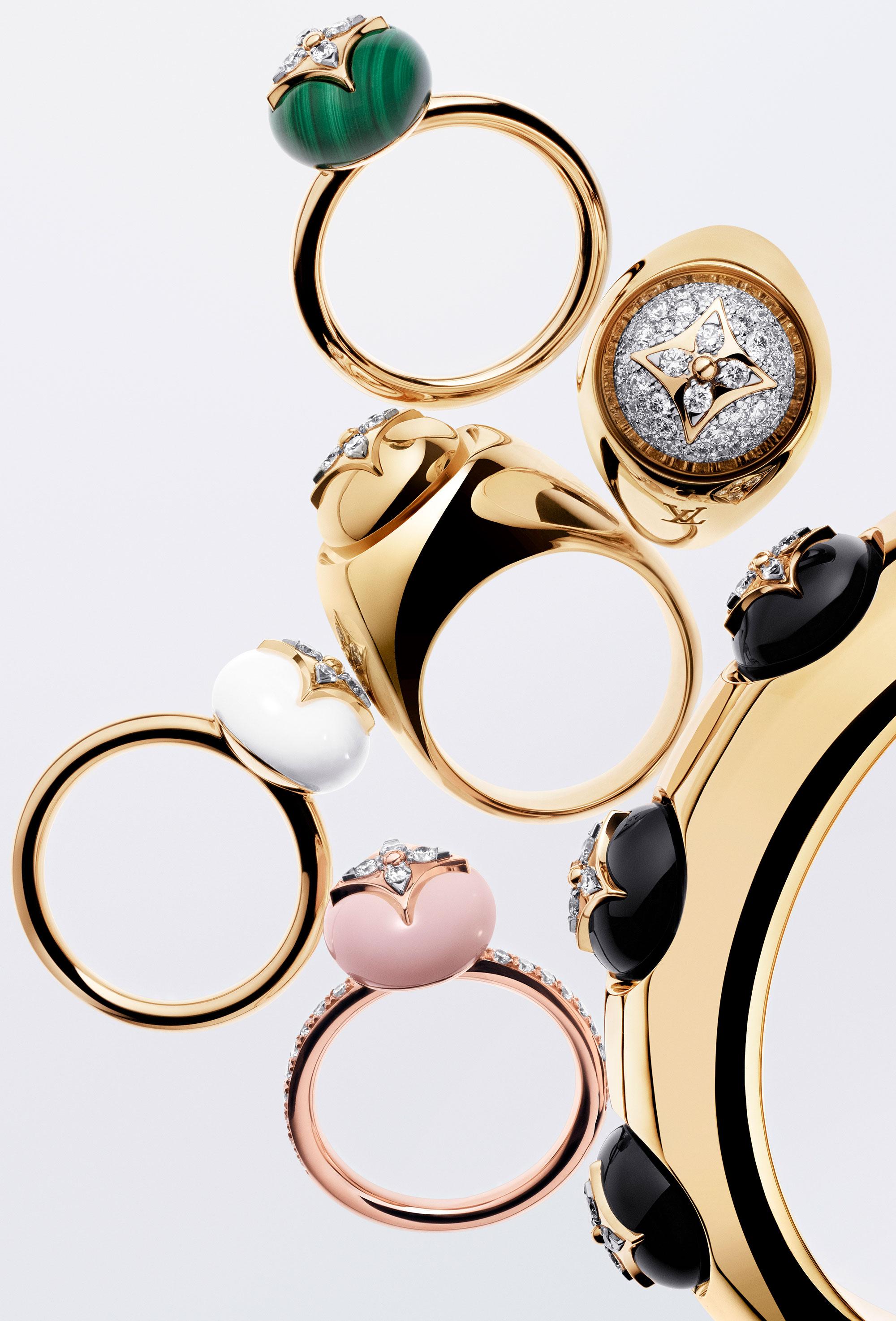 (上から)リング ¥400,000、リング *参考商品、リング ¥745,000、バングル ¥3,390,000、リング ¥359,000、リング ¥590,000 | © Philippe Lacombe
