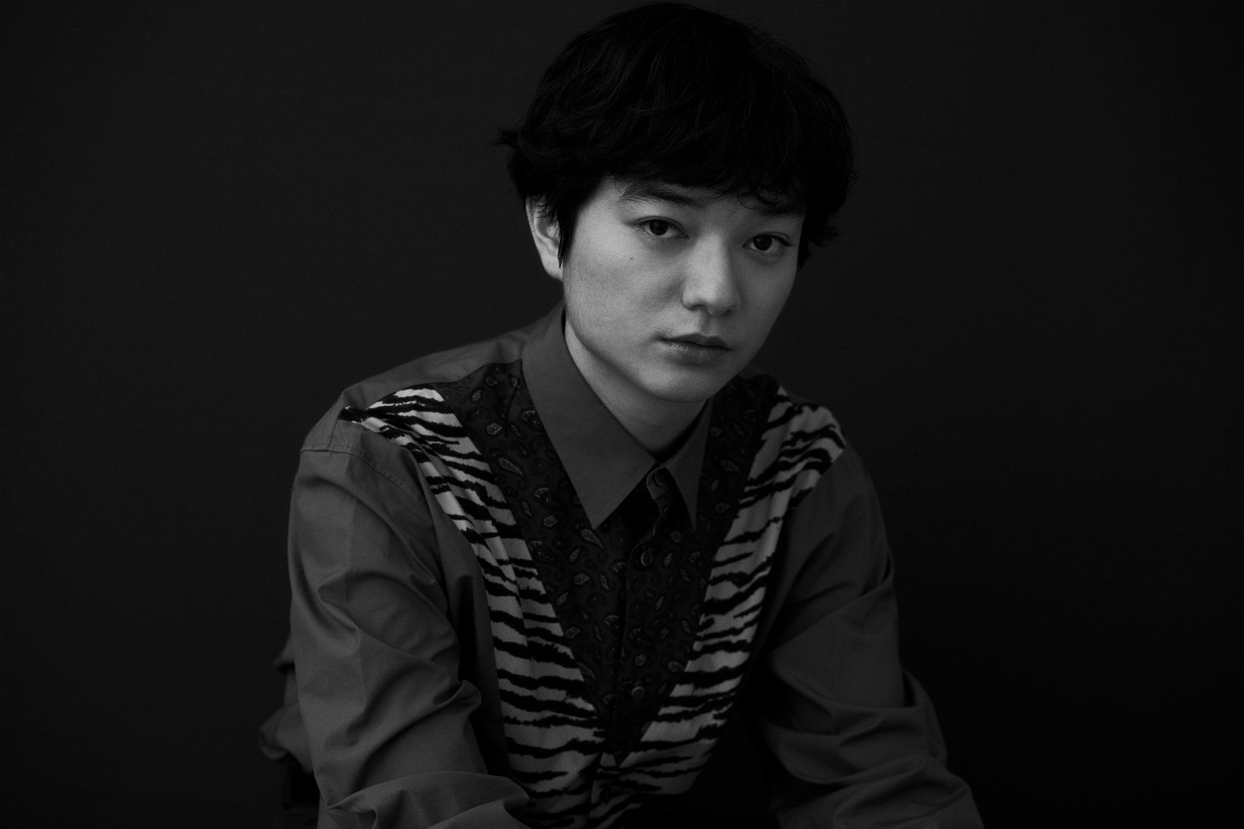 シャツ ¥36,000、TOGA VIRILIS   Photo by Hiroki Watanabe