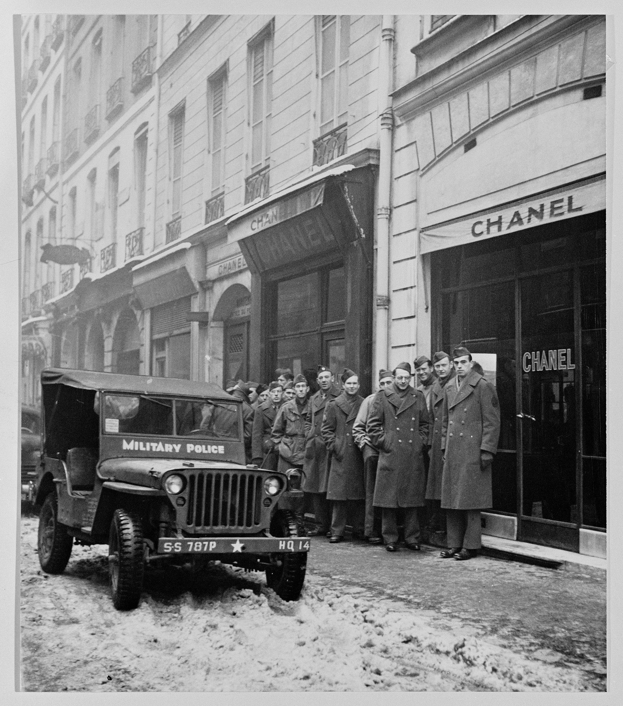 第二次世界大戦におけるパリの解放のとき、米兵たちはCHANELのブティックに押しかけて、祖国で待つ妻や婚約者にN°5を持ち帰った。N°5の名は一気に知れわたり、世界的ベストセラーとなる