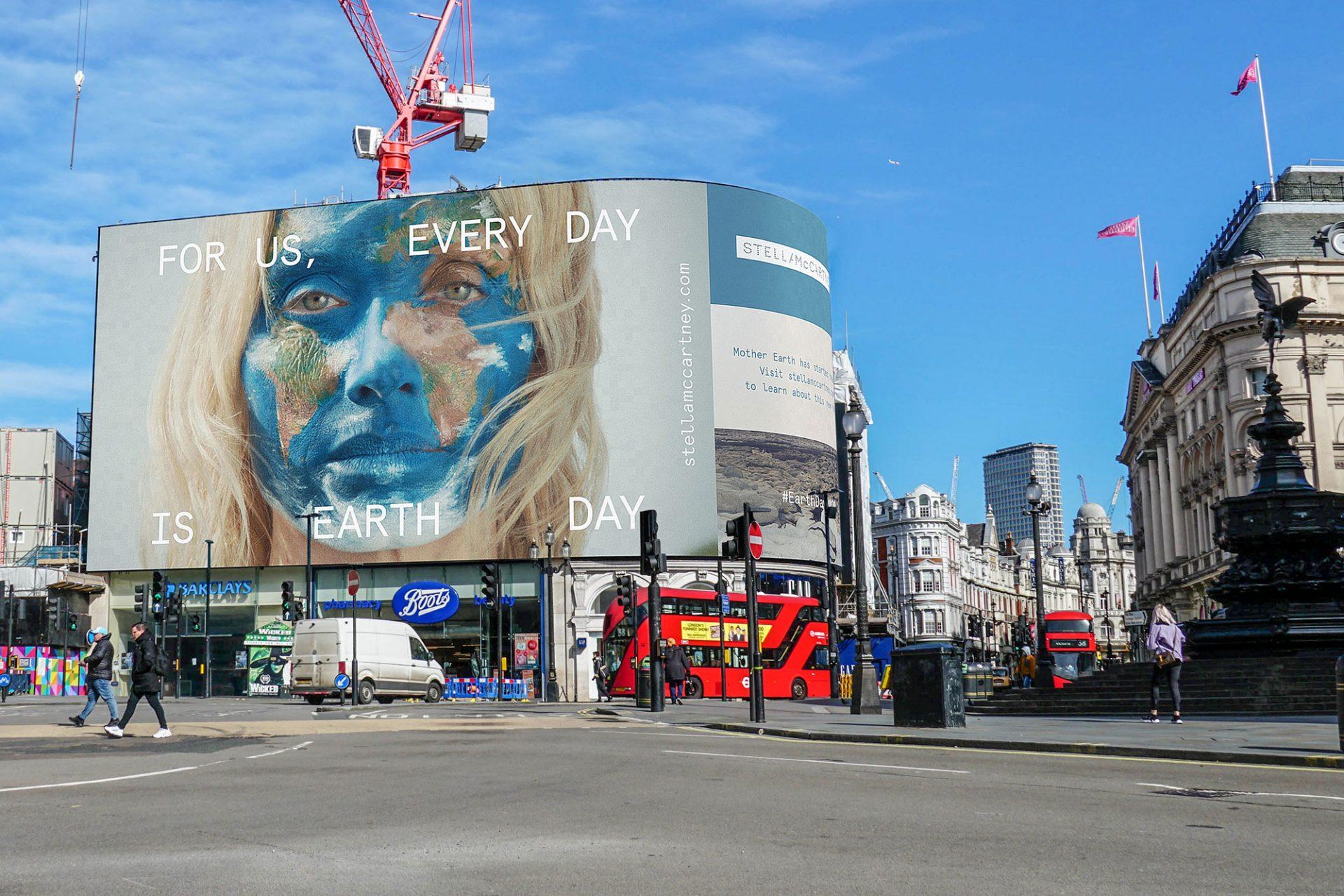アースデイの誕生50周年を祝い、4月21日から26日まで、ロンドンのピカデリー サーカスのスクリーンがステラ マッカートニーによってテイクオーバーされている。
