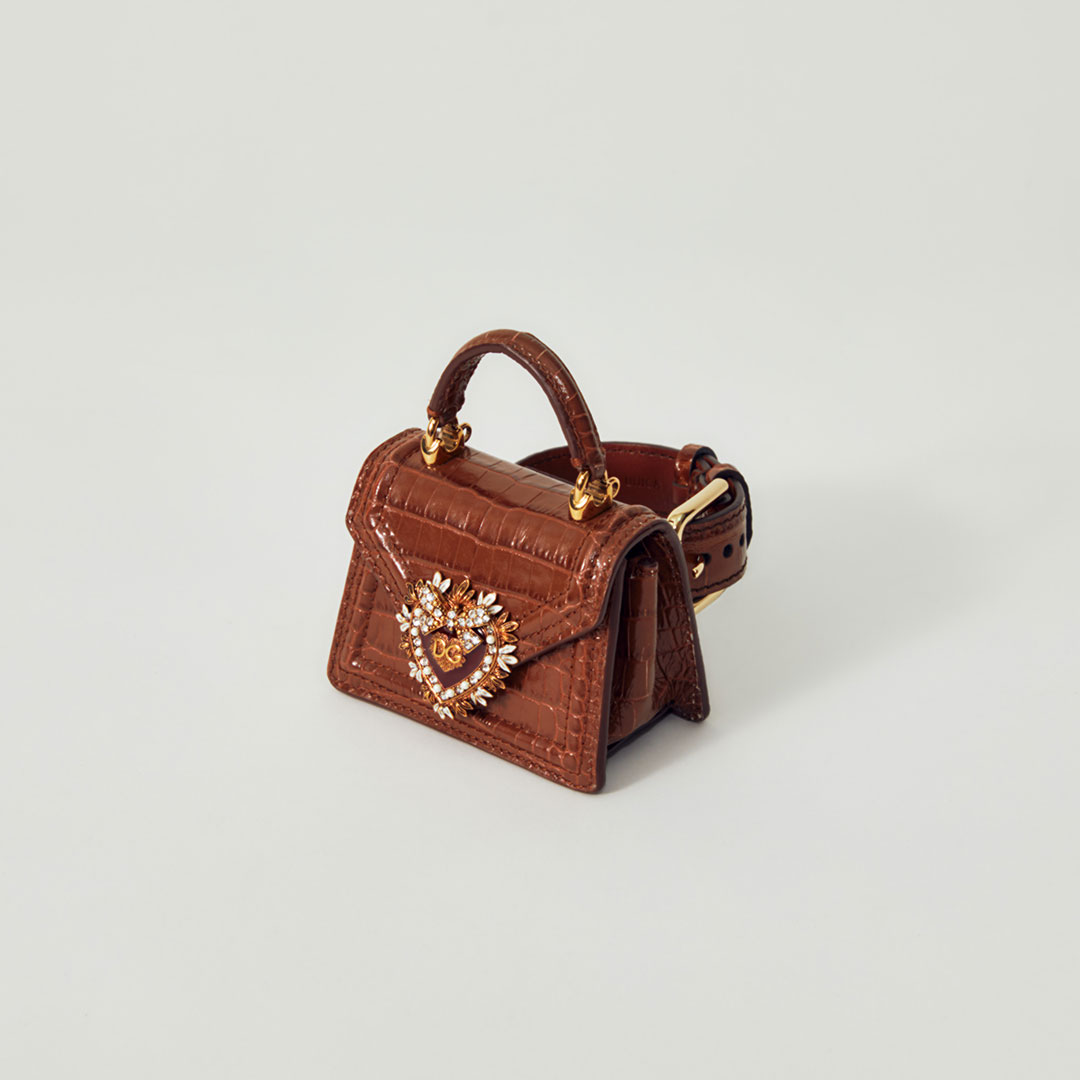 「ディヴォーション バッグ」¥169,000 (予定価格)【H6×W8.5×D4.5cm】、ベルト¥45,000 (予定価格)/ 共にDOLCE&GABBANA (ドルチェ&ガッバーナ)