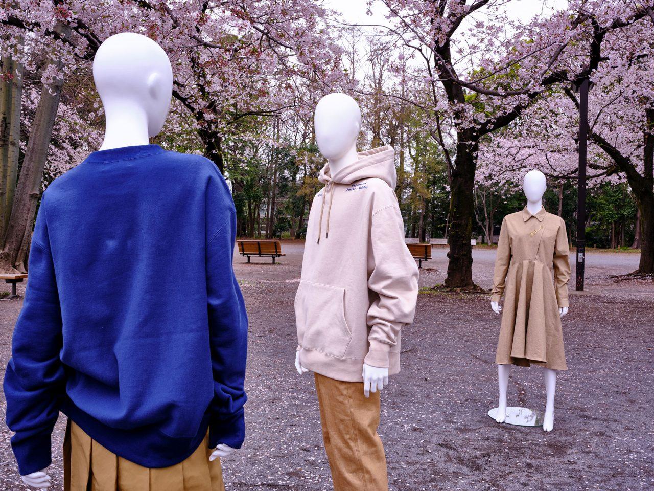 Fall 2020 Never Lonely | 移民をテーマに、さまざまな国から輸入された古着の型を複製して制作。異なる背景を持った洋服同士が組み合わさり、本来の役割を変化させていく。洋服の在り方を考えるコレクション。パスポートや安全ピンなどがモチーフになっている。Photography: Mauricio Guillen