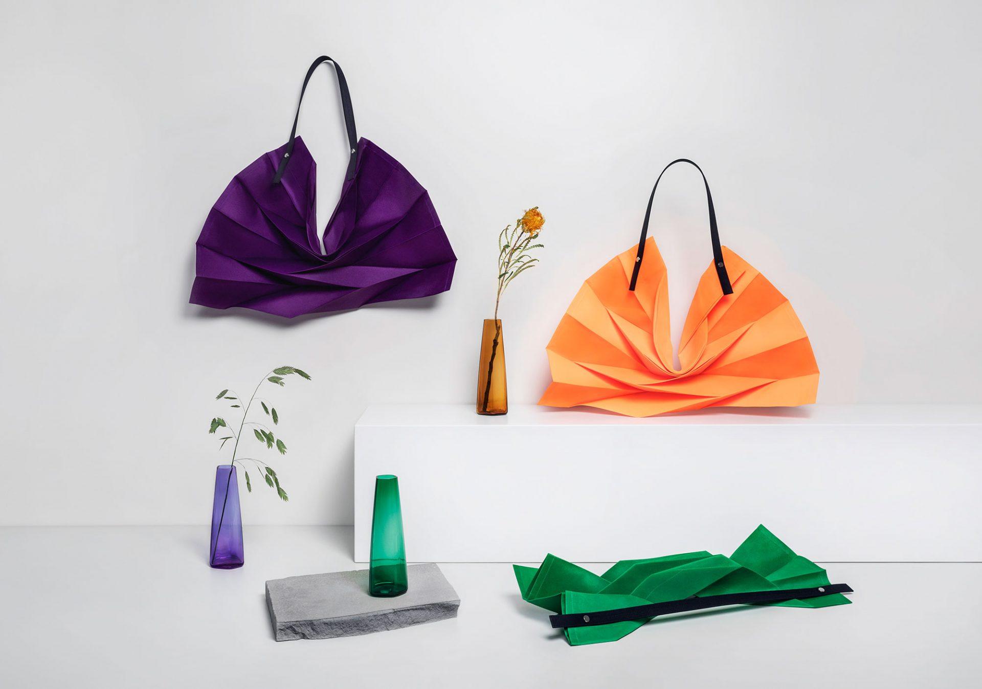 バッグ 各¥12,000、フラワーベース ¥10,000 *すべて限定商品
