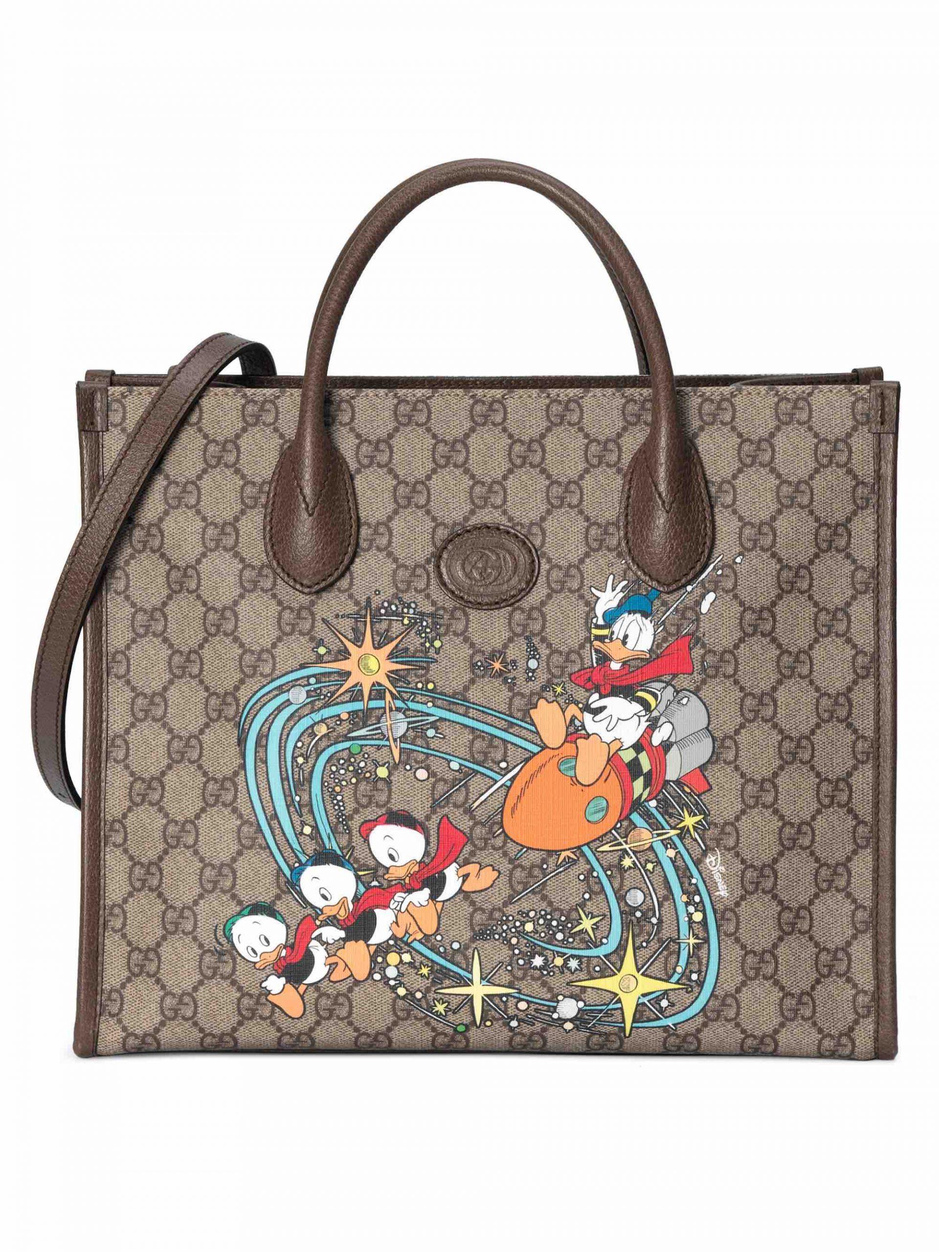 リサイクル素材を採用した「Gucci Off The Grid」コレクションの横長トートバッグもより小さいサイズの新作が登場。  ©Disney
